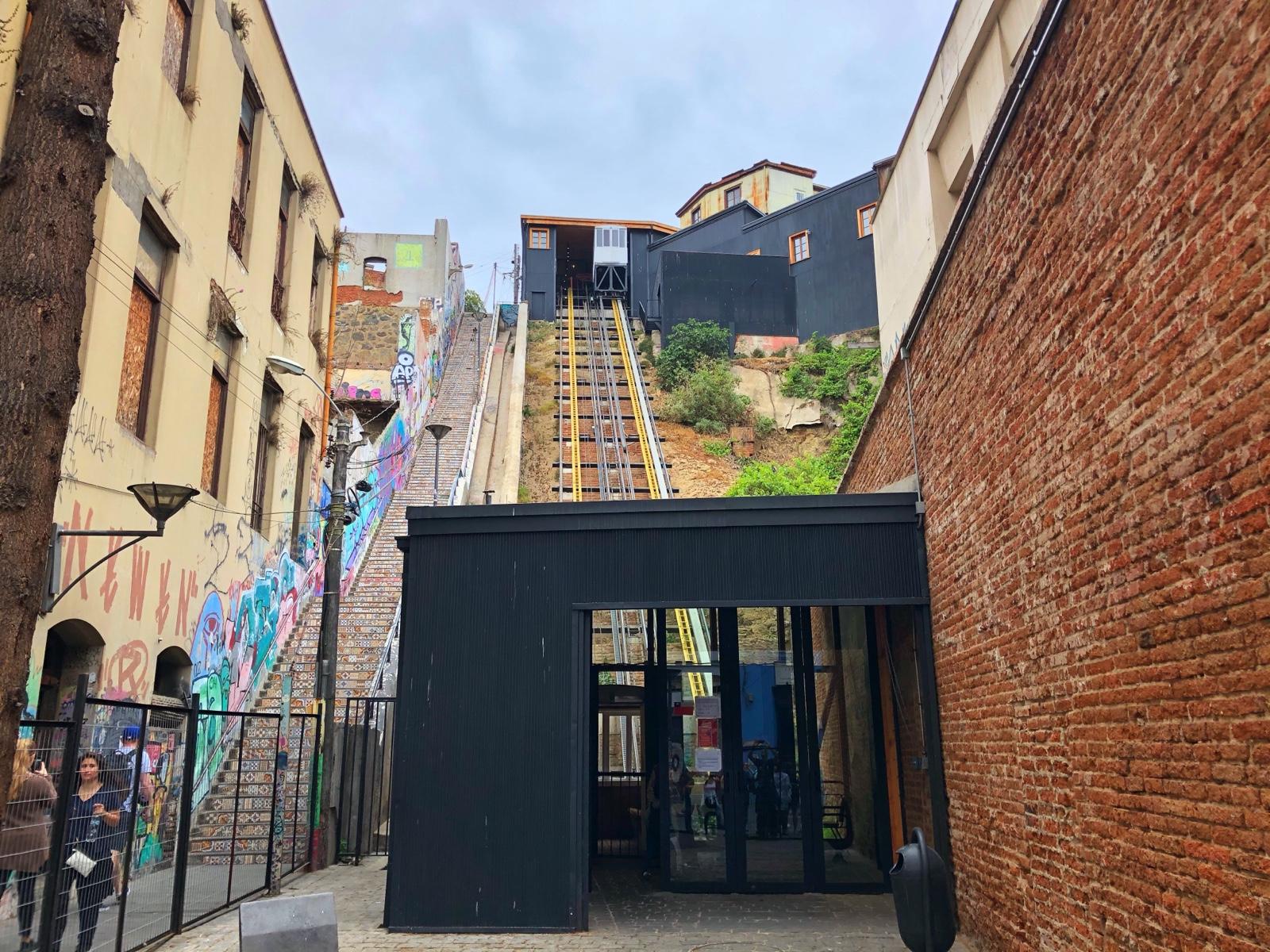 Valparaiso ist auf Hügeln gebaut. Damit man nicht immer Treppe laufen muss wurden Aufzüge gebaut