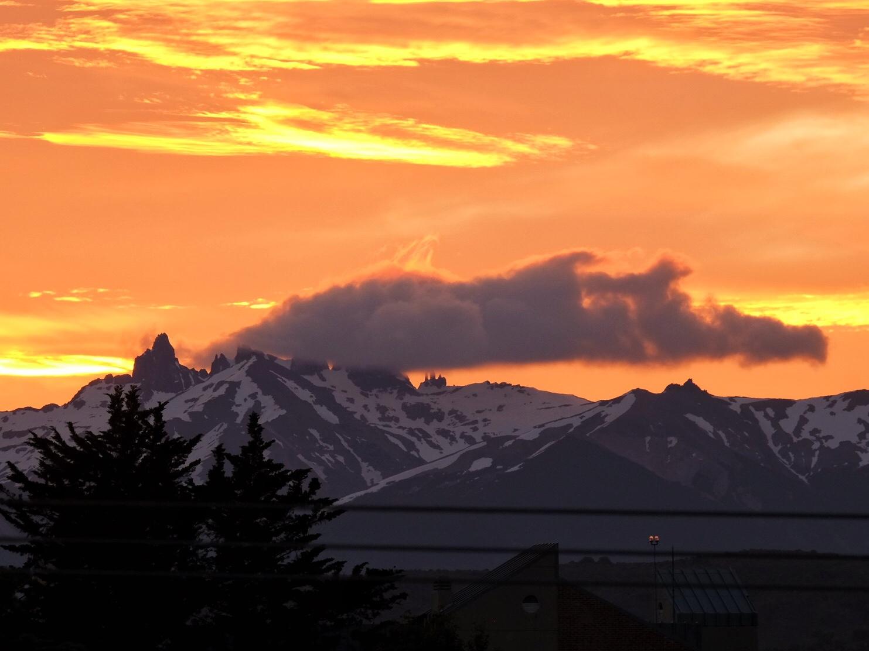 Sonnenuntergang um 21.30 Uhr in Esquel. Und nein. Da bricht kein Vulkan aus.