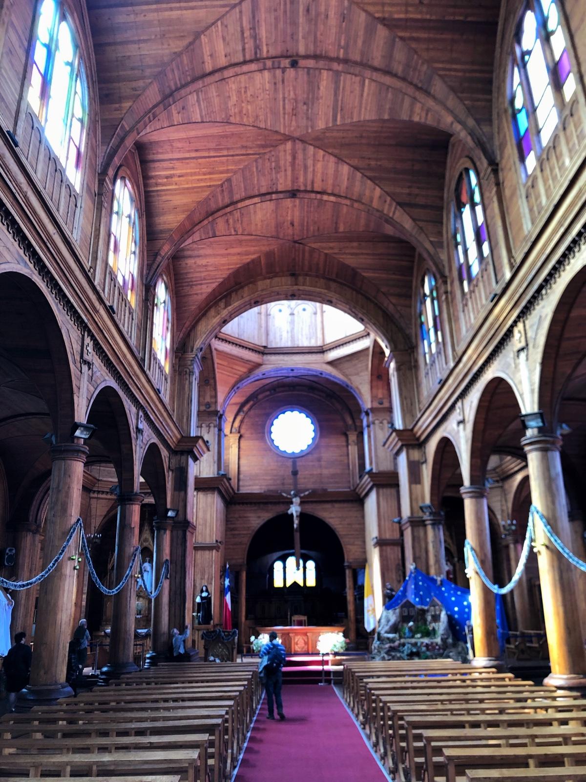 Innenraum der Kirche. Man beachte das viele Holz